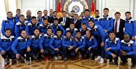 Президент Сооронбай Жээнбеков встретился со сборной командой Кыргызстана по футболу