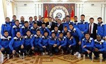 Президент Сооронбай Жээнбеков Кыргызстандын футбол курама командасы менен жолугушуу учурунда. Архив