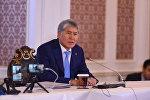 Экс-президент Алмазбек Атамбаев выступает перед журналистами по итогам съезда СДПК в бизнес-центре Орион