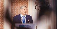 Экс-президент Кыргызстана Алмазбек Атамбаев отвечает на вопросы журналистов, после закрытого заседания фракции СДПК