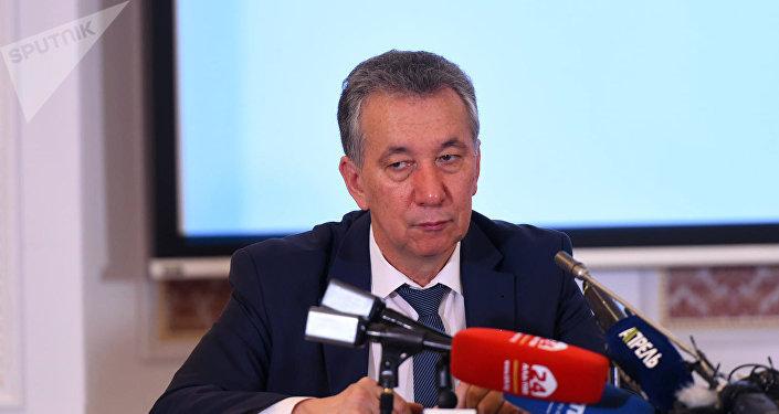 КСДПнын маалымат жыйынында партиянын саясий кеңешинин мүчөсү Фарид Ниязов. Архивдик сүрөт