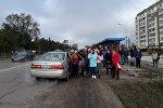 Бишкектин аялдамасында коомдук транспорт күткөн жүргүнчүлөр