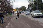 Люди на одной из улиц Бишкека ждут транспорт, во время забастовки водителей маршруток