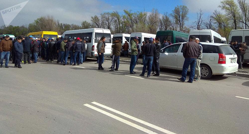 Водители маршрутного такси во время забастовки в Бишкеке