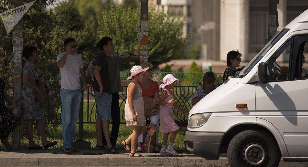 Люди в Бишкеке в ожидании транспорта. Архивное фото
