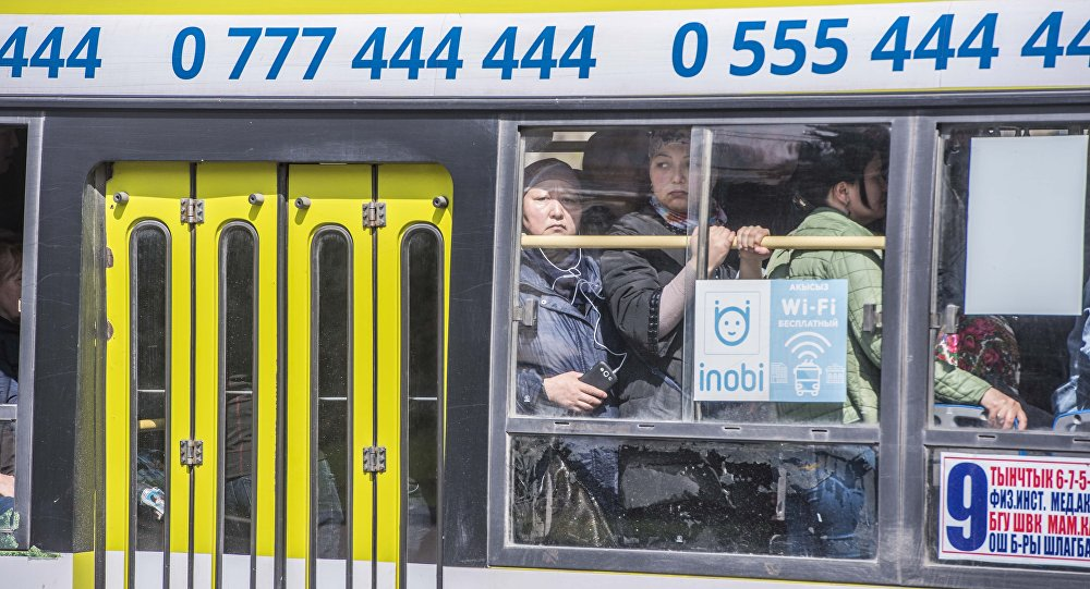 Забитая пассажирами автобус в Бишкеке. Архивное фото