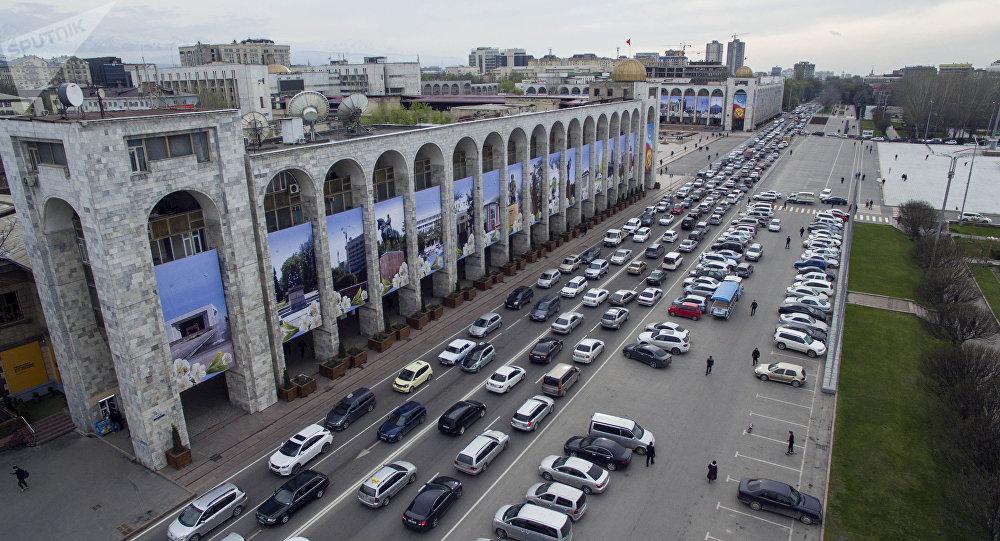 Автомобильный затор на площади Ала-Тоо в центре Бишкека. Архивное фото