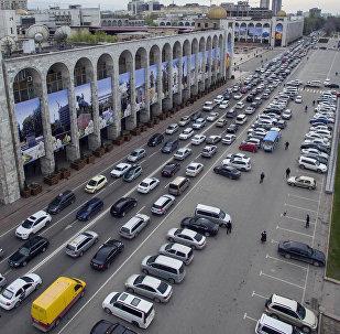 Автомобили на площади Ала-Тоо в Бишкеке. Архивное фото