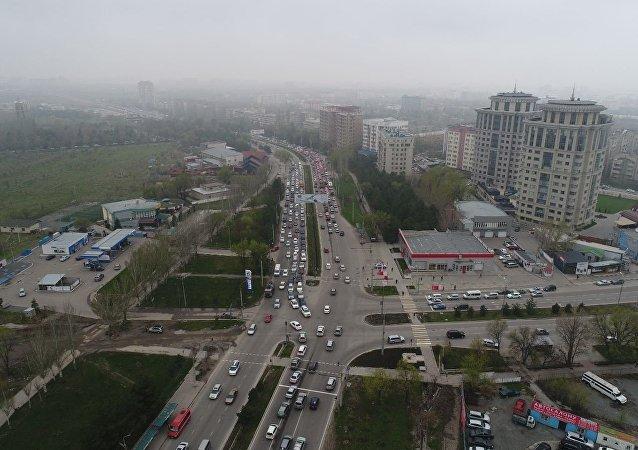 Автомобильная пробка на проспекте Аалы Токомбаева в Бишкеке