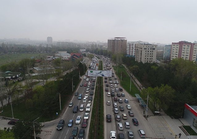 Автомобильная пробка на улице Аалы Токомбаева в Бишкеке