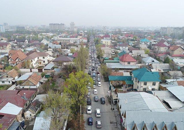 Автомобильная пробка на улице Жукеева-Пудовкина в Бишкеке