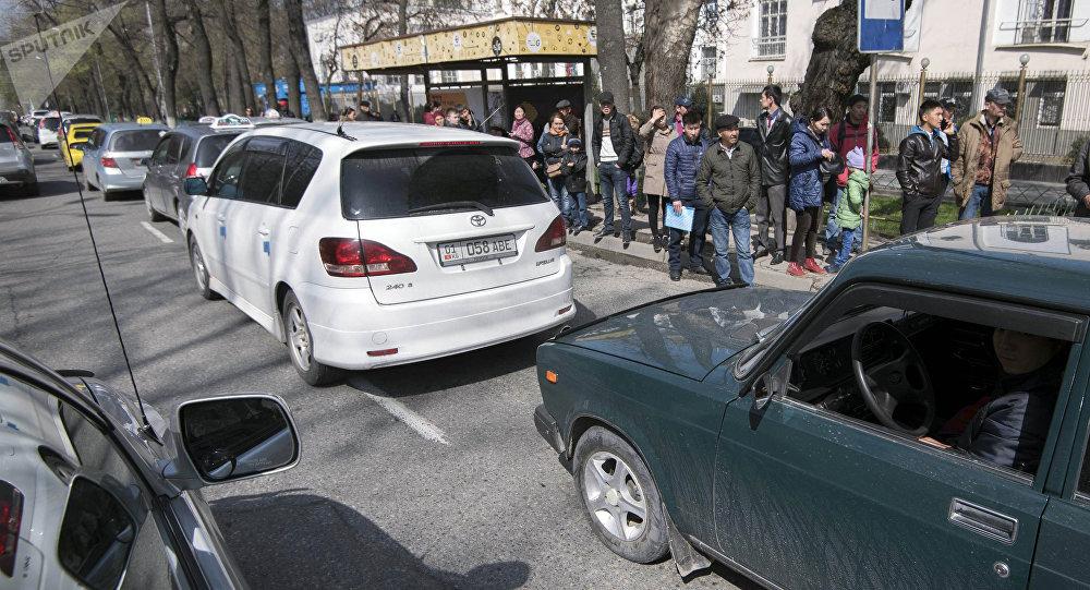 Бишкектин аялдамасында күтүп турган жүргүнчүлөр. Архивдик сүрөт