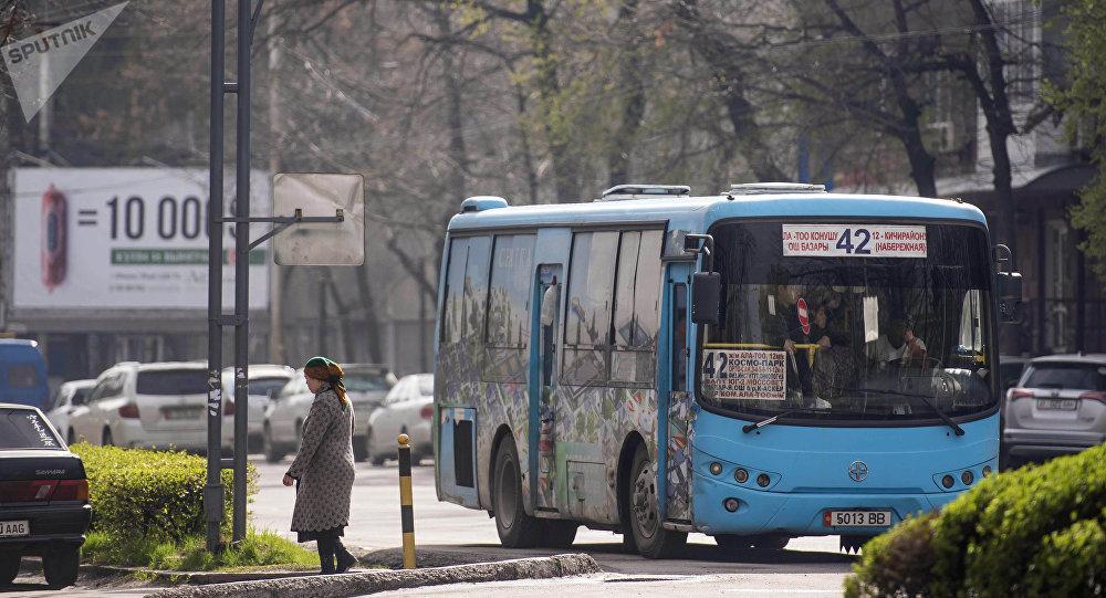 Общественный автобус №42 во время маршрута по Бишкеку. Архивное фото