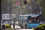 Общественный автобус во время езды по маршруту по Бишкеку. Архивное фото
