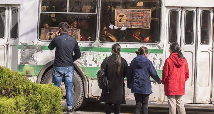 Переполненная пассажирами троллейбус. Архивное фото