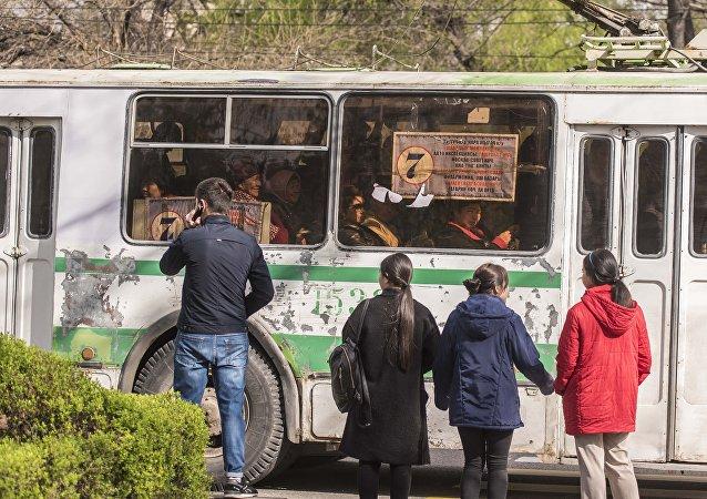 Переполненная пассажирами троллейбус во время езды по маршруту в Бишкеке. Архивное фото