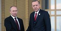 Президент РФ Владимир Путин и президент Турецкой Республики Реджеп Тайип Эрдоган на церемонии официальной встречи на площади перед Дворцом президента Турции в Анкаре.