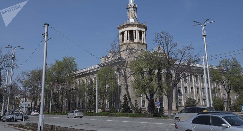 Вид на здание Международного университета Кыргызстана в Бишкеке