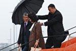 Экс-президент Алмазбек Атамбаев жан сакчысы Дамир Мусакеев менен. Архив