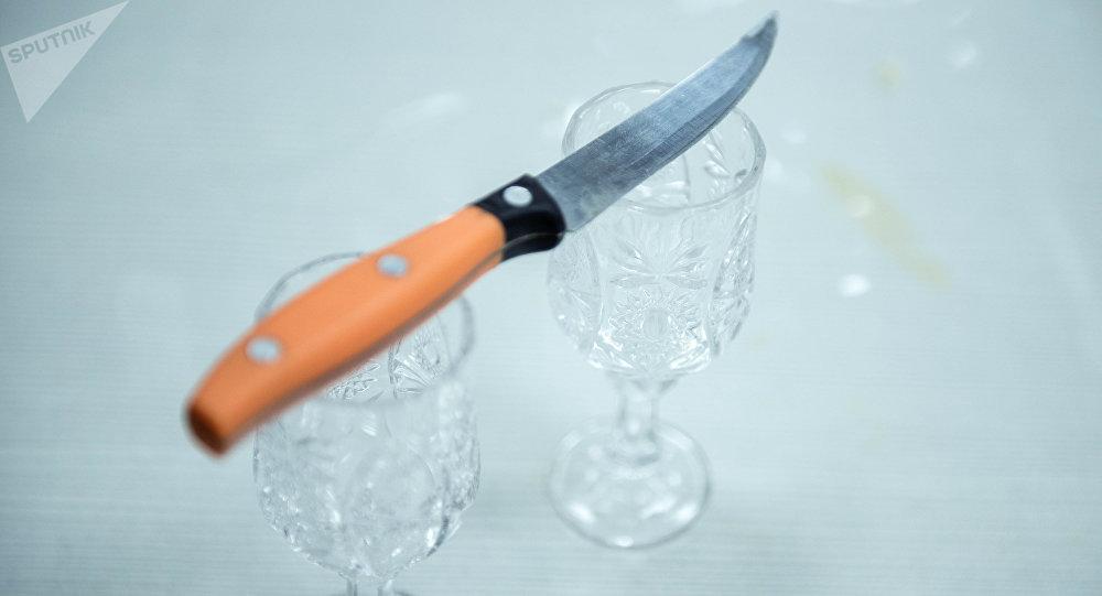 Нож и рюмка на столе. Архивное фото