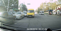 В Бишкеке водитель маршрутки ехал по встречке — видео очевидца