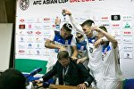 Футболисты сборной Кыргызстана по футболу обливают водой главного тренера Александра Крестинина послеигровой пресс-конференции в Бишкеке