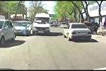 В Бишкеке водитель маршрутки выехал на встречную полосу и проехал на красный