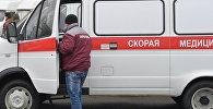 Сотрудник возле автомобиля скорой помощ. Архивное фото