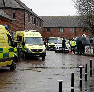Полицейские около паба, который посетил отравленный бывший разведчик ГРУ Сергей Скрипаль в Солсбери, Великобритания, 28 марта 2018 года.