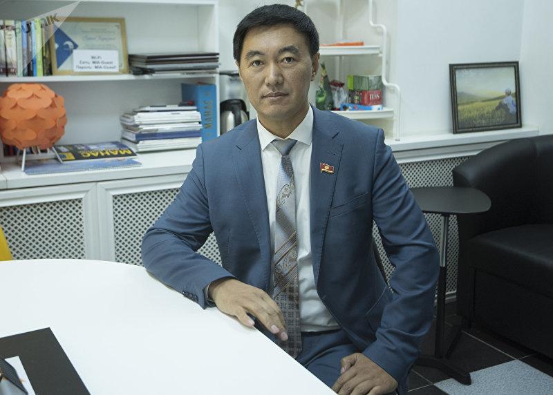 Депутат Жогорку Кенеша Эмиль Токтошев в офисе международного информационного агентства и радио Sputnik Кыргызстан