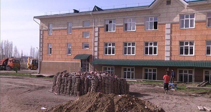 Назарбаев бөлгөн акчага салынган Бишкектеги мектеп кайра жасалып жатат. Видео