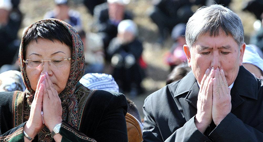 Экс президент Алмазбек Атамбаев жана Роза Отунбаева. Архив
