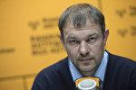 Главный тренер сборной Кыргызстана по футболу Александр Крестинин во время беседы на радио Sputnik Кыргызстан