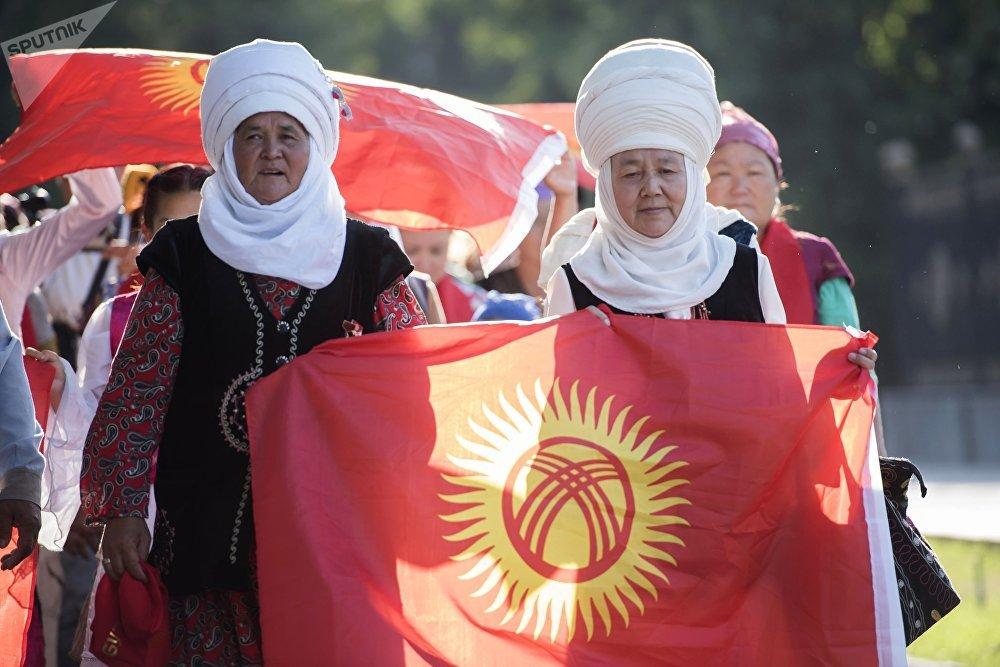 Посетители на международном фестивале ремесленников Оймо в Бишкеке.