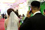 Жених и невеста на свадьбе. Архивное фото