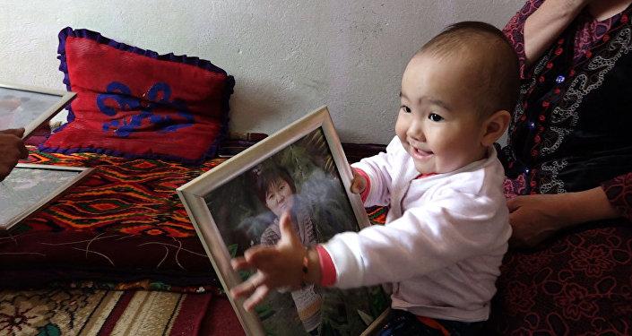 После страшного наезда — как живет малышка, оставшаяся без мамы и ноги