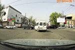 Маршруточник нарушает ПДД, мешая другим водителям в Бишкеке. Видео
