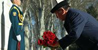 Президент Сооронбай Жээнбеков Элдик Апрель революциясында курман болгодорго гүл коюу. Архивдик сүрөт