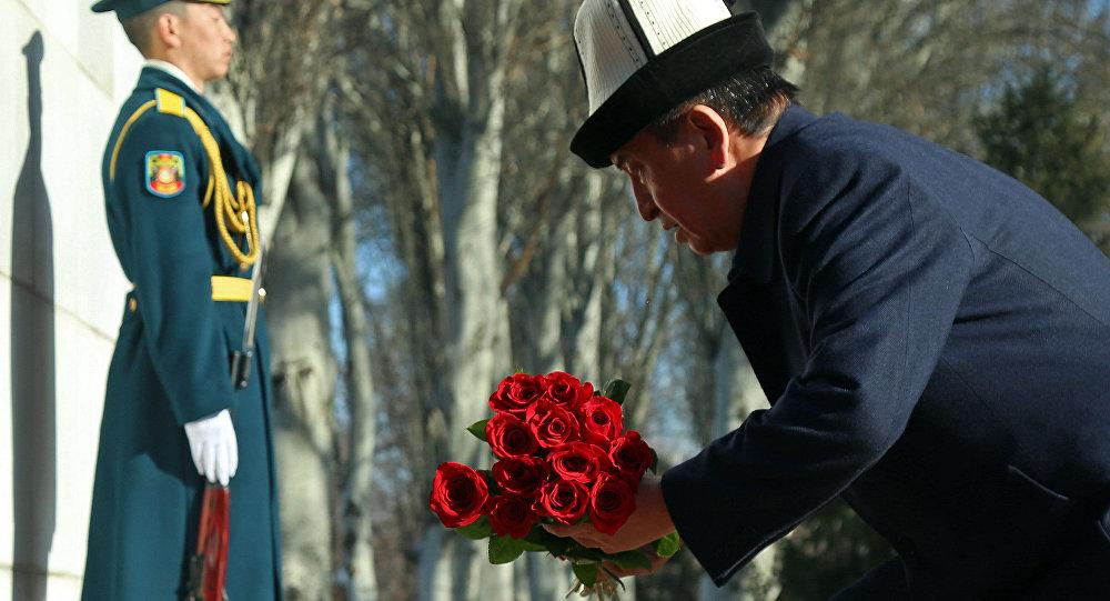 Президент Сооронбай Жээнбеков 7-апрель элдик революциясы күнүн эскерип гүл койду