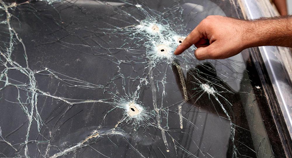 Следы от пуль на стекле автомобиля. Архивное фото