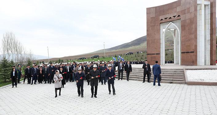 В мемориальном комплексе Ата-Бейит почтили память героев Апрельской революции