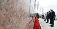 Президент КР Сооронбай Жээнбеков, спикер ЖК Дастан Джумабеков, премьер-министр Сапар Исаков,  председатель Верховного суда Айнаш Токбаева почтили память героев Апрельской революции в мемориальном комплексе Ата-Бейит