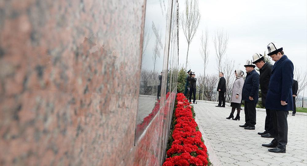 Президент Сооронбай Жээнбеков бүгүн, 7-апрелде, Ата-Бейит мемориалдык комплексинде элдик Апрель революциясынын курман болгон баатырларын эскерди