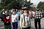 Марафон среди пожилых в Ботаническом саду Бишкека