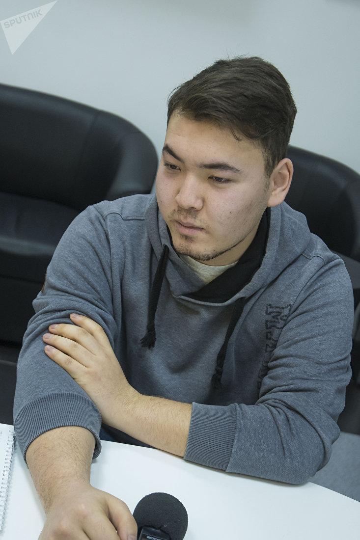Студент Дастан Чаканбаев во время интервью на корреспонденту Sputnik Кыргызстан
