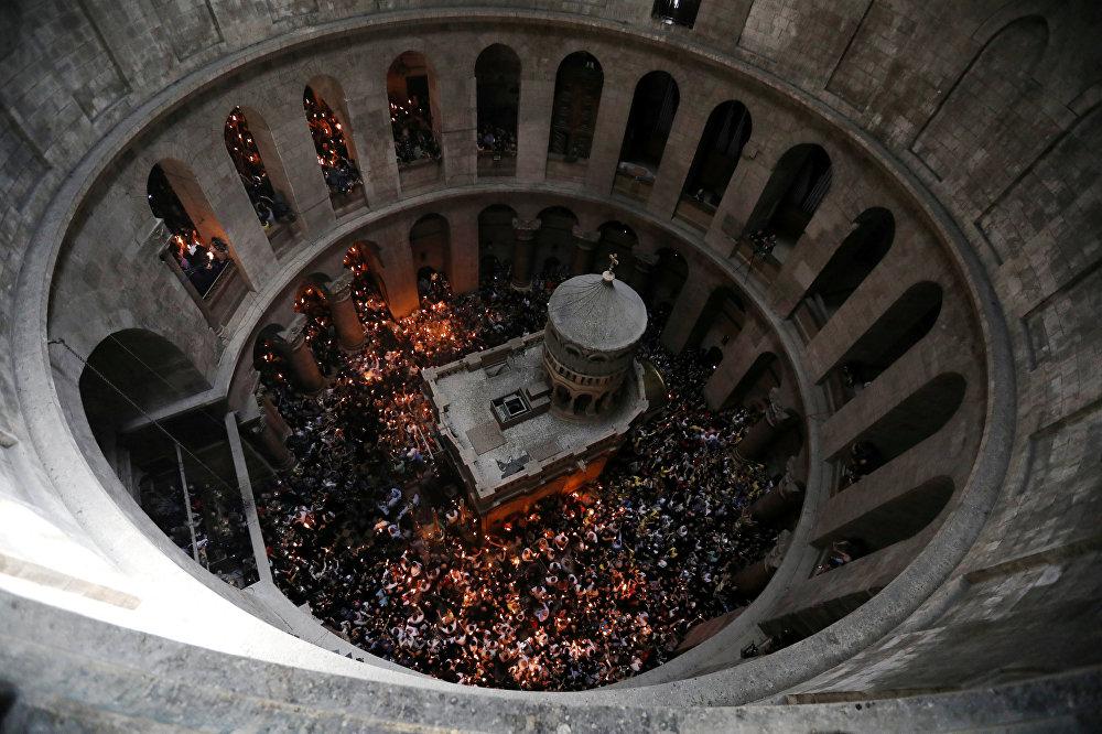 традиционное схождение благодатного огня в храме Гроба Господня в Иерусалиме
