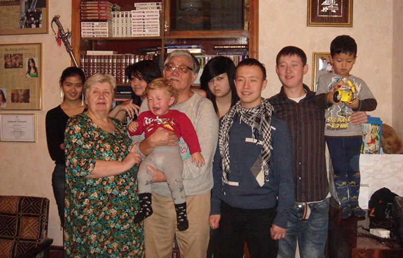 Президент МУК, академик НАН КР Асылбек Айдаралиев с внуками