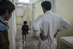 Врач и пациент ортопедической клиники в Кабуле. Архивное фото