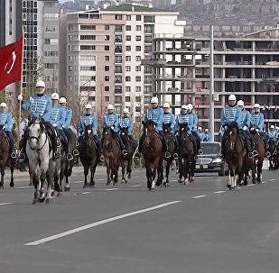 Как кортеж Жээнбекова сопровождали 40 всадников в Анкаре. Видео