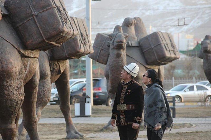 Дизайнер, художник Гульжан Иреш и манасчи Дооолот Сыдыков в Монголии